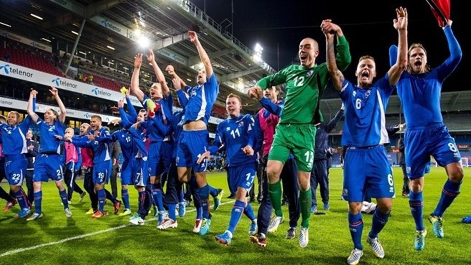 Сборная Исландии празднует 2 место в отборочных к ЧМ 2014