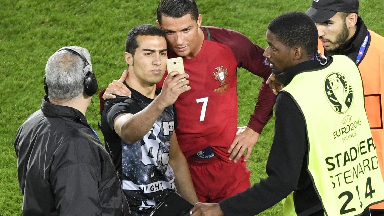 Криштиану Роналду селфи с фанатом